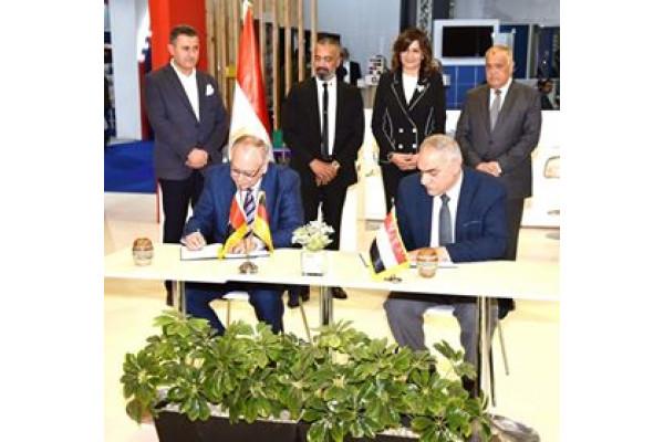 وزيرة الهجرة ورئيس العربية للتصنيع يشهدان  توقيع إتفاقية للشراكة والتصنيع المشترك في مجال أنظمة الألومنيوم الحديثة
