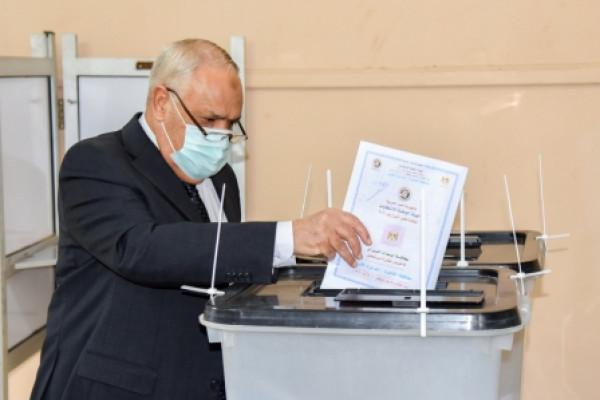 رئيس الهيئة العربية للتصنيع  يدلي بصوته في إنتخابات مجلس الشيوخ