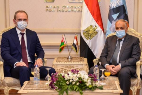 سفير بيلاروسيا يشيد بنظم تدريب الكوادر البشرية بالهيئة العربية للتصنيع