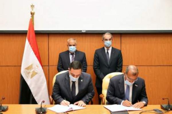 وزير الاتصالات وتكنولوجيا المعلومات ورئيس العربية للتصنيع يشهدان توقيع اتفاقية لتنفيذ أعمال منظومة التطبيقات الذكية