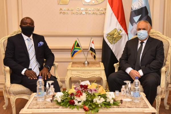 مباحثات مكثفة لرئيس العربية للتصنيع مع سفيري رومانيا وجنوب أفريقيا