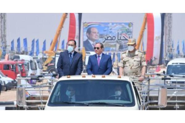 """الرئيس السيسي يتفقد المعدات المشاركة بمبادرة """"حياة كريمة"""" لتطوير الريف"""